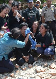 IndonesianChurchDemolished-CryingPastor