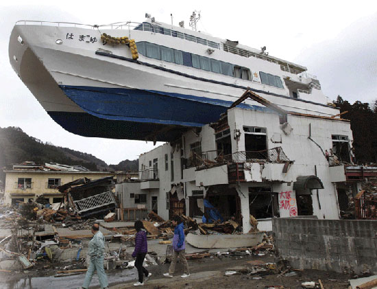 tohoku-japna-earthquake-destruction-boat-on-roof