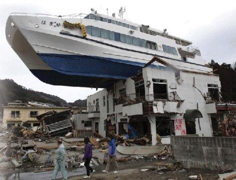tohoku-japna-earthquake-destruction-boat-on-roof