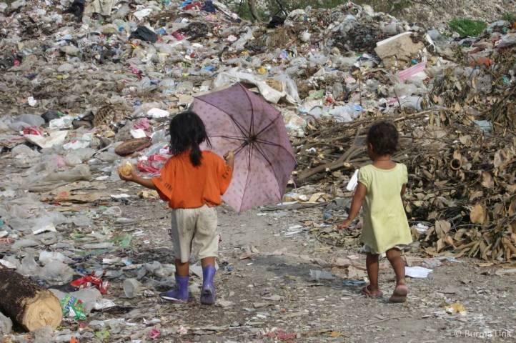 Children-walking-in-the-dump